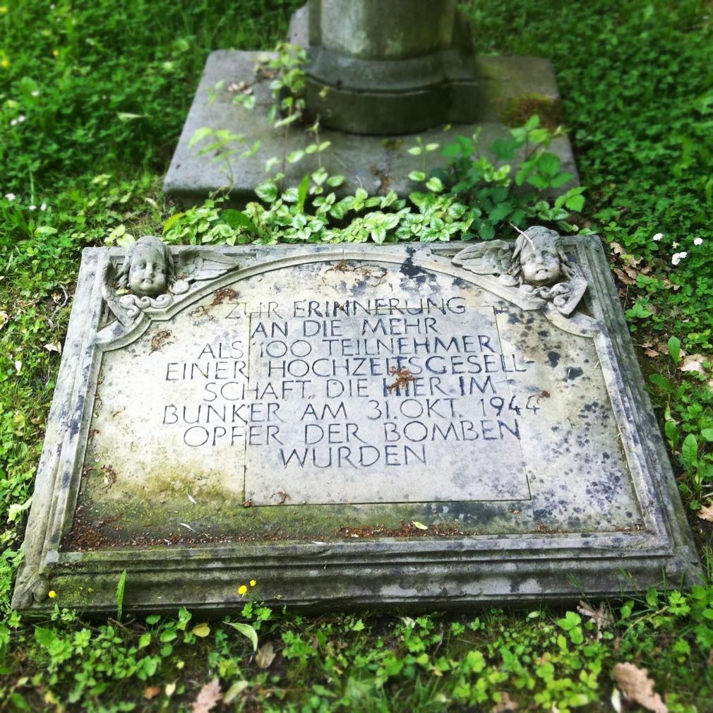 Inschrift eines Grabsteines auf dem Melatenfriedhof, Köln