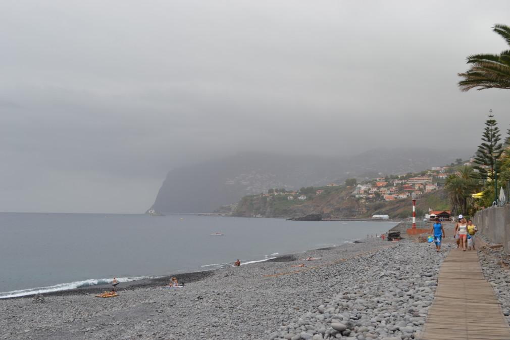 Blick auf den steinigen Strand von Praia Formosa