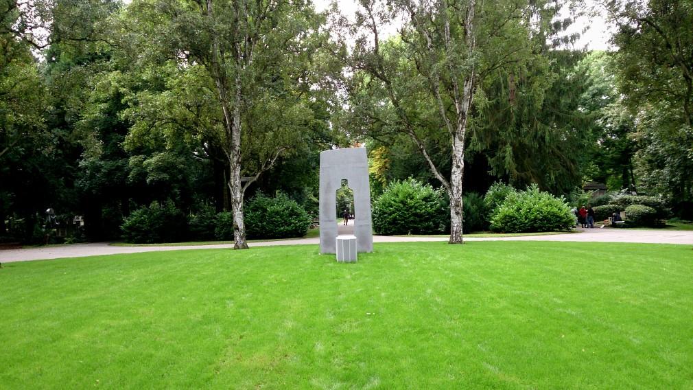 """Das Kunstwerk """"Steintor"""" auf dem Kölner Melatenfriedhof"""