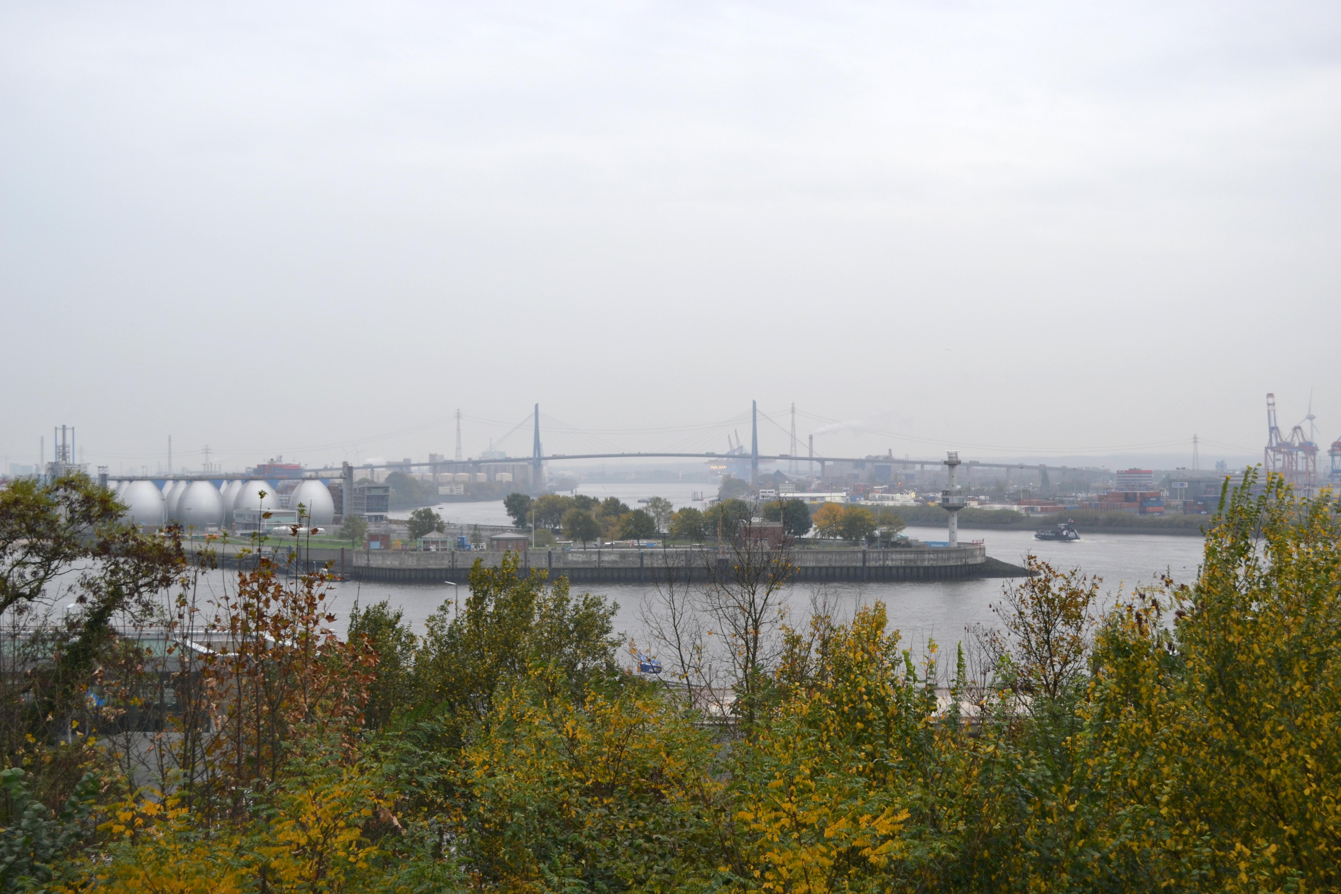 Blick vom Altonaer Balkon auf die Köhlbrandbrücke