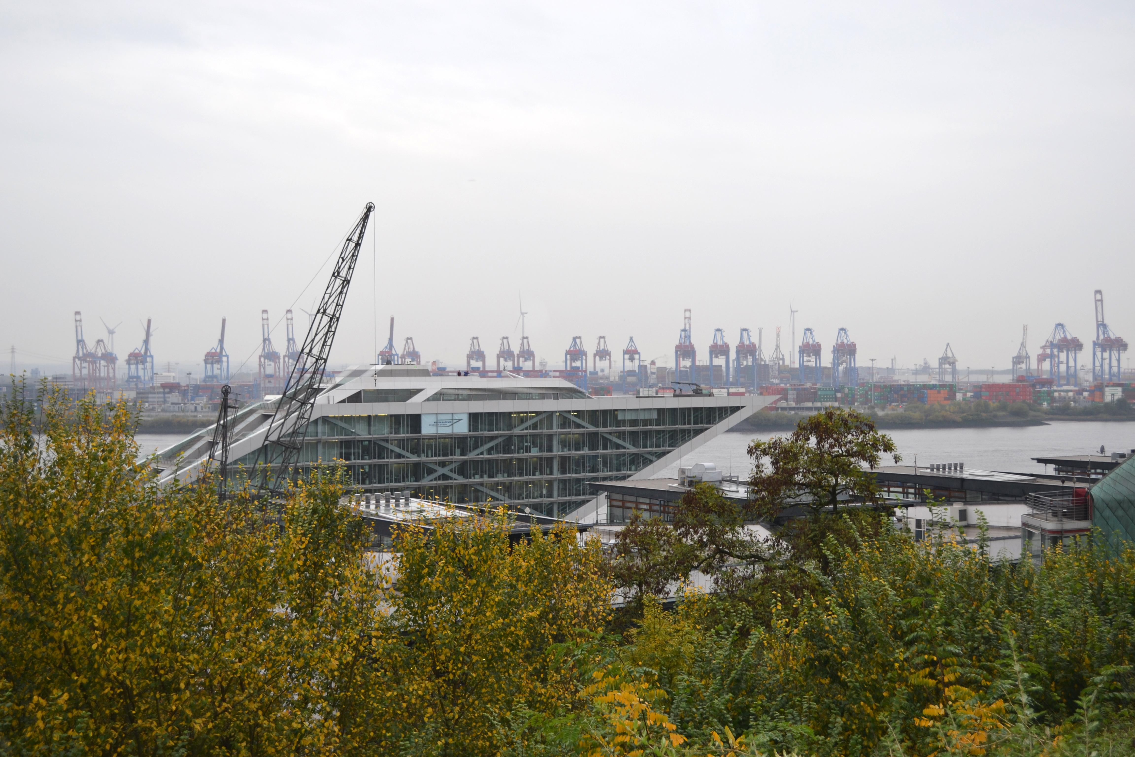 Ausblick vom Altonaer Balkon auf das Gebäude der NSC Schiffahrtsgesellschaft mbH & Cie. KG Reederei