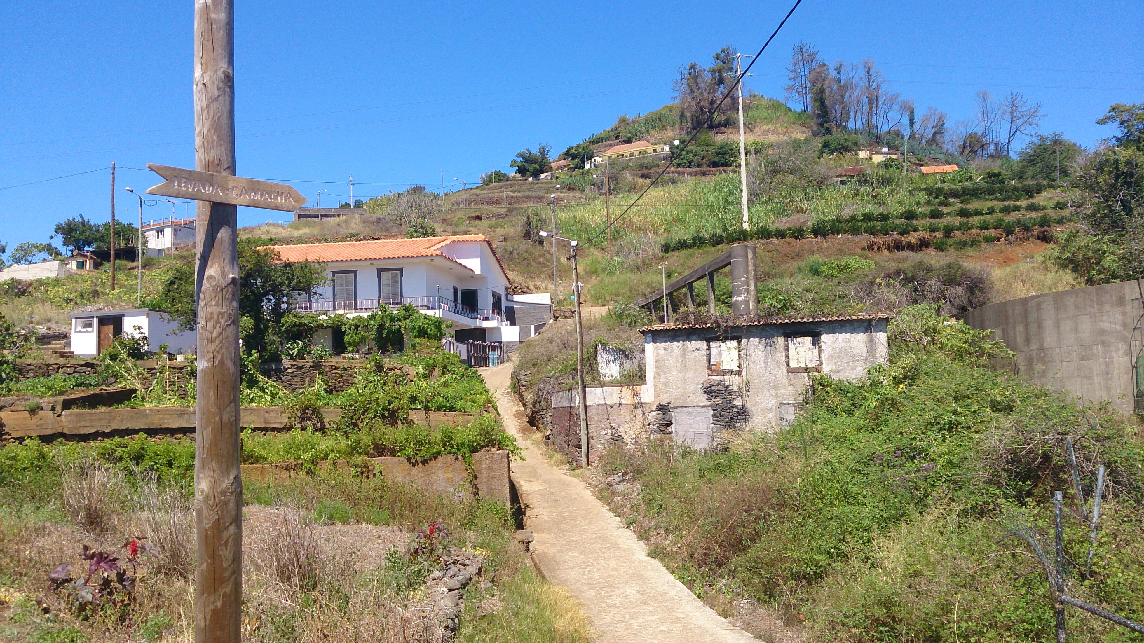 Ein Holzschild in Assomada weist den Weg zur Levada, die nach Camacha führt