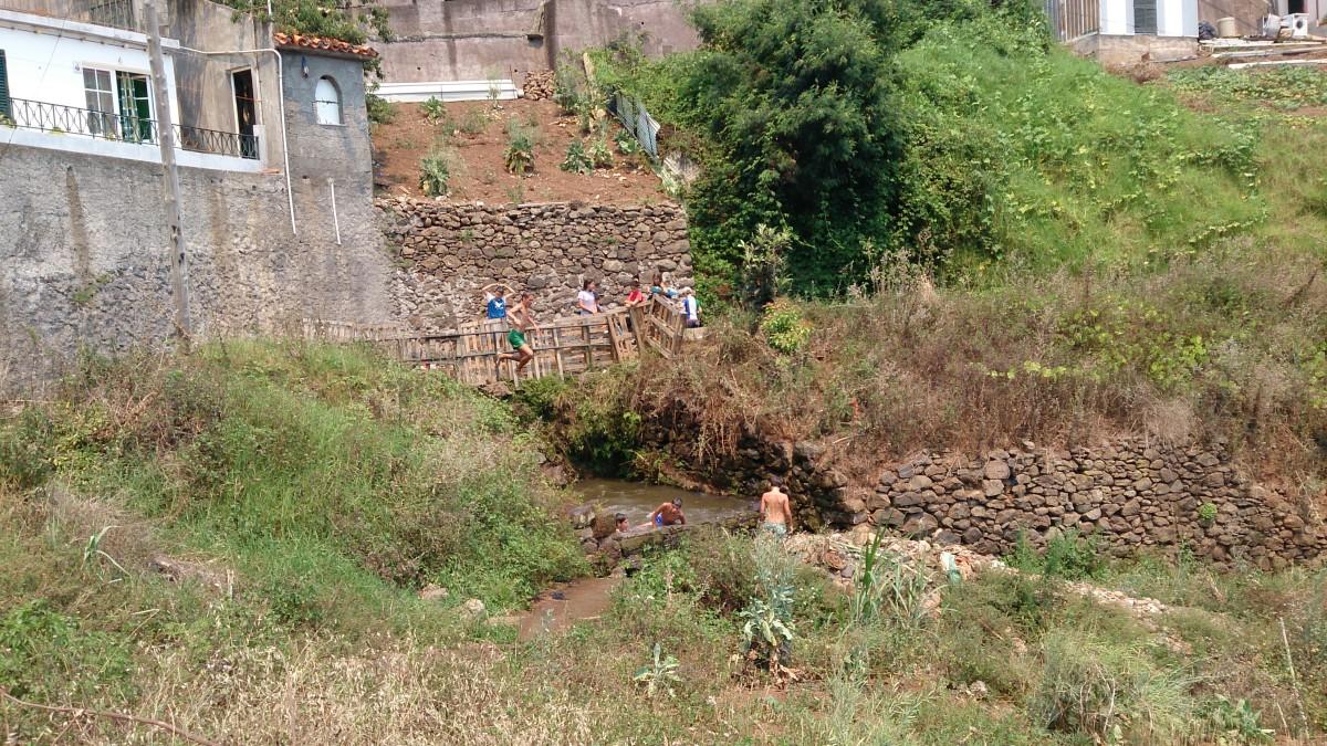 Madeirensische Lebensfreude: Spielende Kinder an einem Wasserbecken neben der Levada do Norte