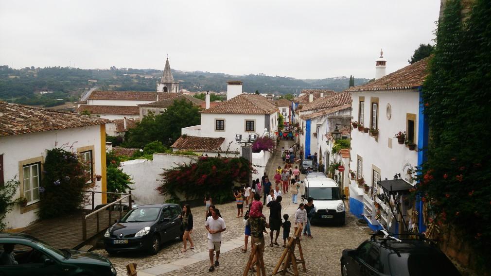 Die Hauptstraße / der Hauptweg durch Óbidos. Hier bieten zahlreiche Läden ihre Waren feil.