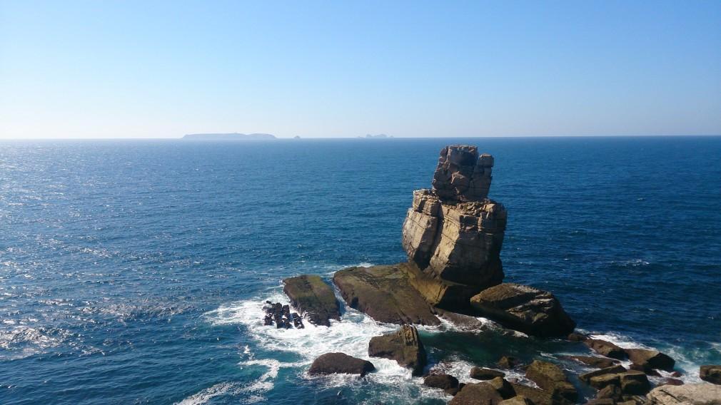 Nau dos Corvos (Krähenschiff) am Cabo Carvoeiro. Im Hintergrund: die Inselgruppe der Berlengas.
