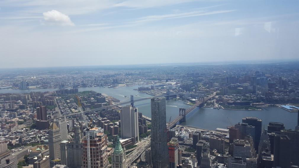 Blick vom One World Observatory auf Manhattan Bridge und Brooklyn Bridge