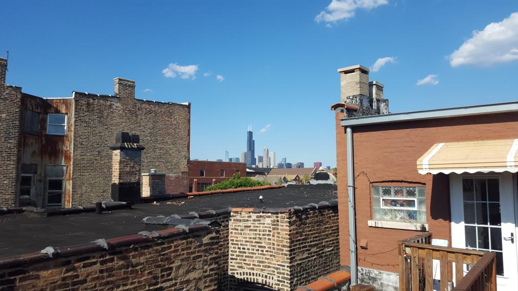 Chicagos Skyline von einer Dachterasse in Pilsen