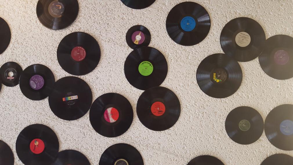 Schallplatten an der Decke im House of Flavors, Manistee