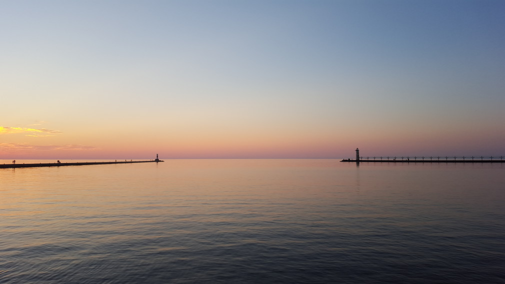 Sonnenuntergang in Manistee, Michigan, am Michigansee