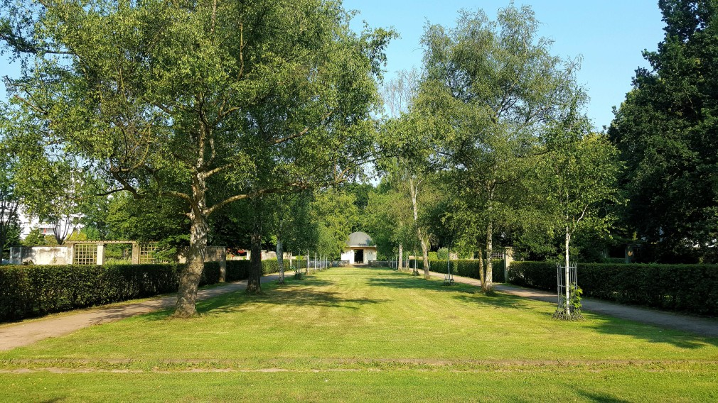 Blick auf den Brunnentempel im Fritz-Encke-Volkspark
