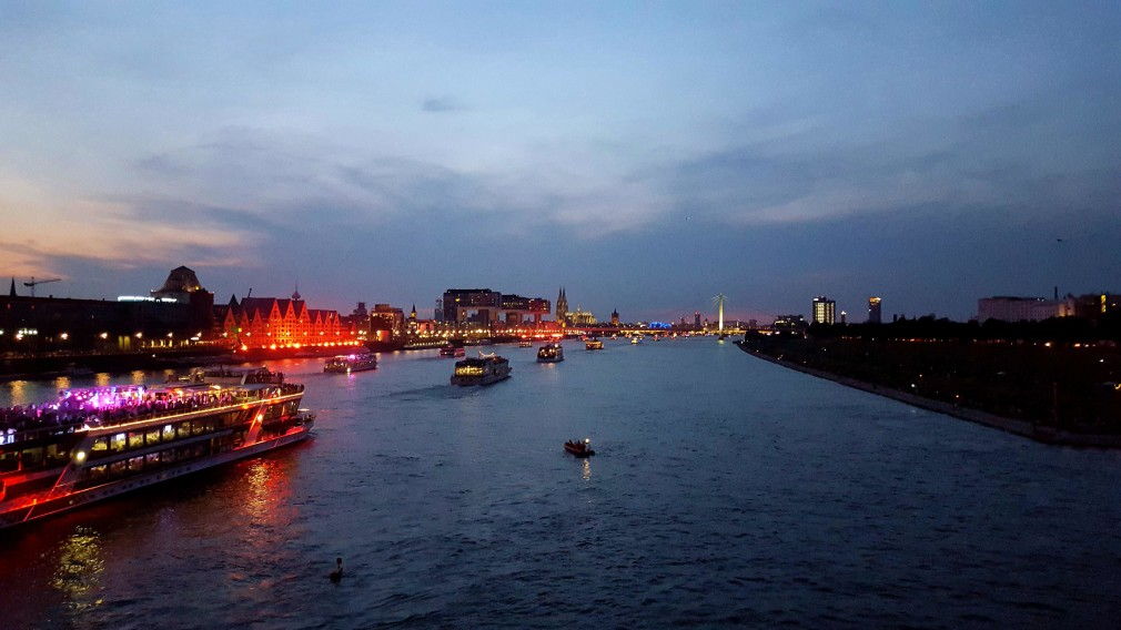 Blick von der Kölner Südbrücke auf den Rheinauhafen, Kölner Dom, Severinsbrücke, ...