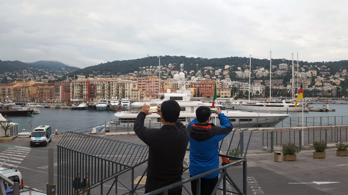frankreich_nizza_port-lympia_tourists