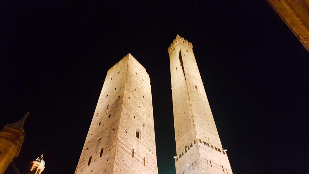 Bolognas zwei schiefe Türme Asinelli und Garisenda bei Nacht