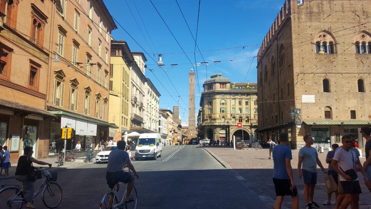 Torre Garisenda (der kleinere) und Torre Asinelli (der höhere) aus der Ferne