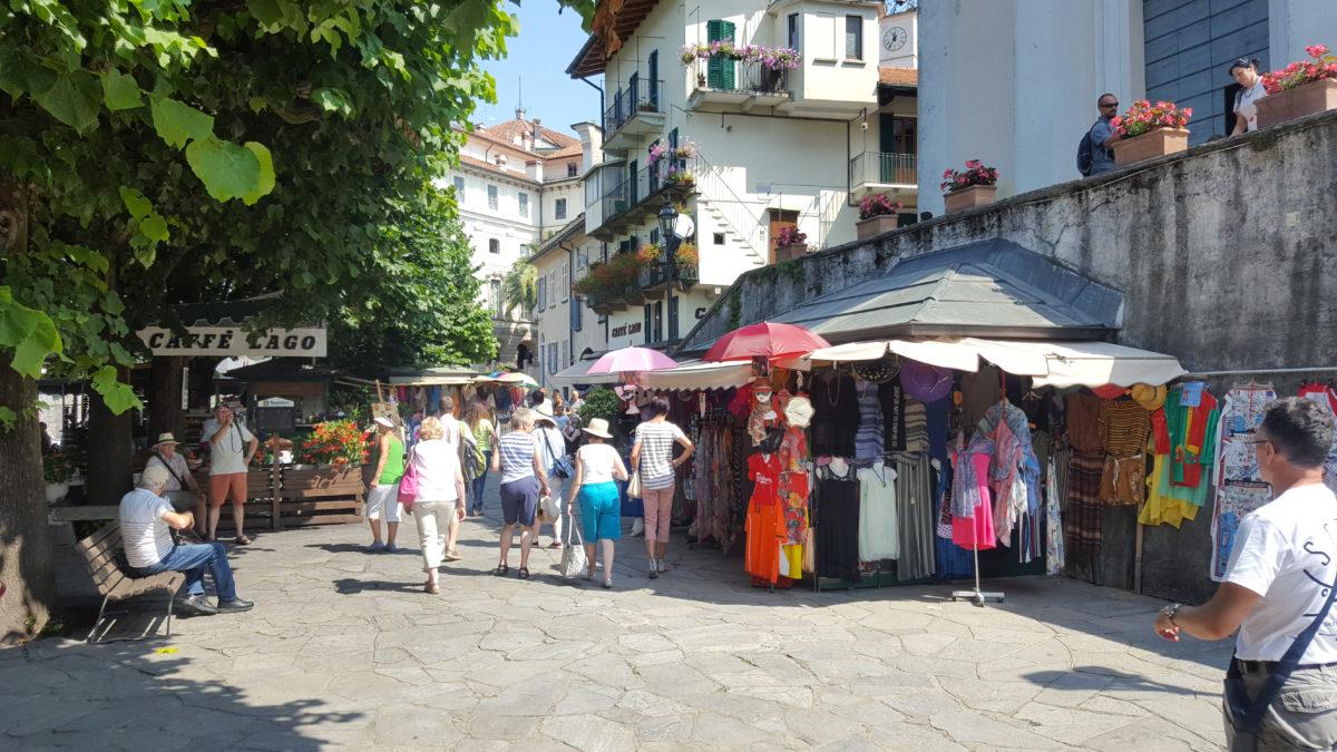 Unzählige Restaurants, Lädchen, Kleidungs- und Souvenirstände säumen die schmalen Gassen der Isola Bella.