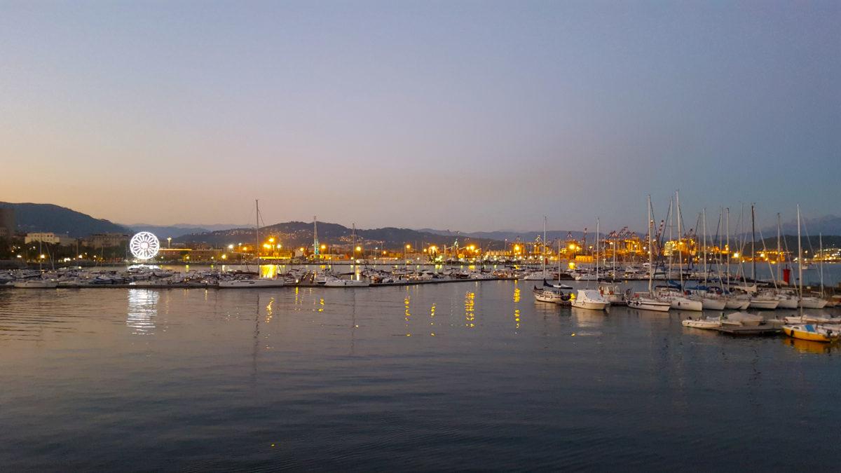 Der Hafen von La Spezia in der Abenddämerung