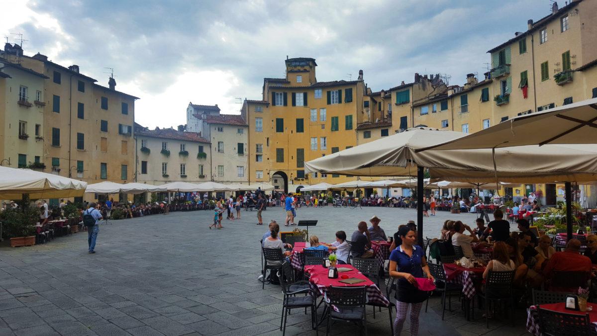 Die Piazza del Anfiteatro in Lucca