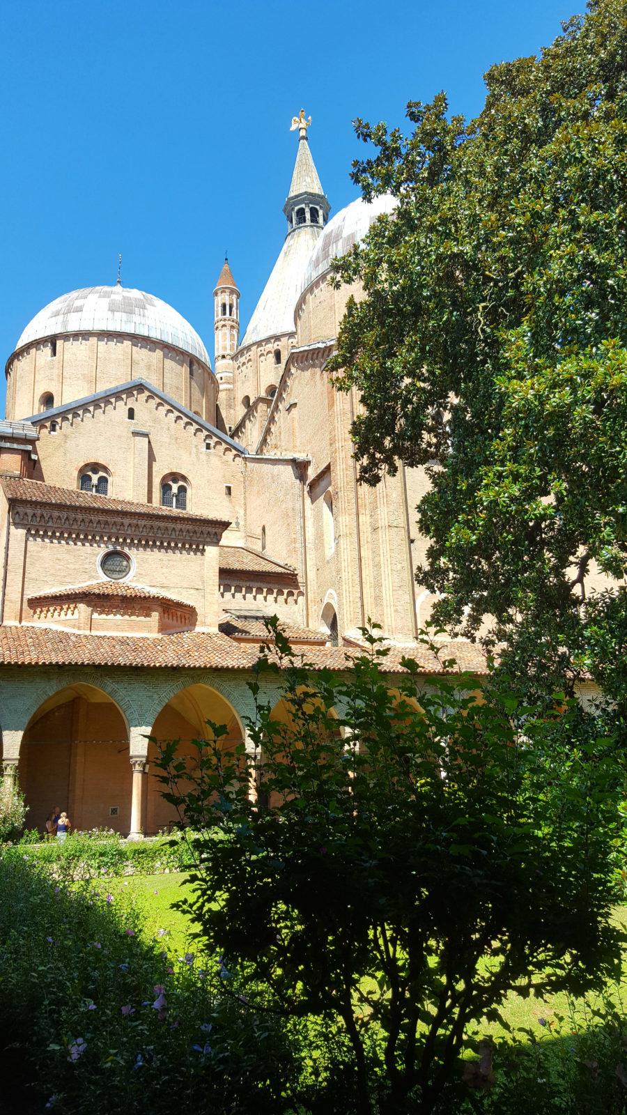 Blick vom Garten auf die Basilika des Heiligen Antonius