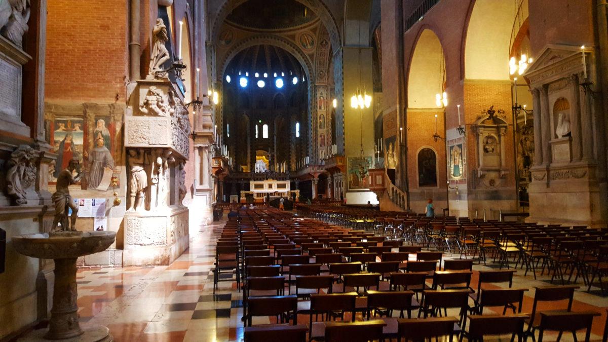 Im Innneren der Basilika des Heiligen Antonius