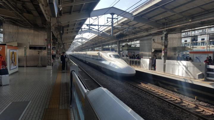Shinkansen am Bahnhof in Kyoto