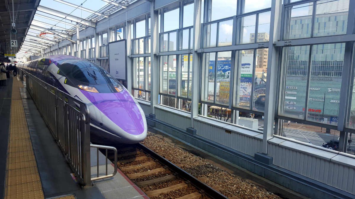 Shinkansen im Bahnhof von Kyoto