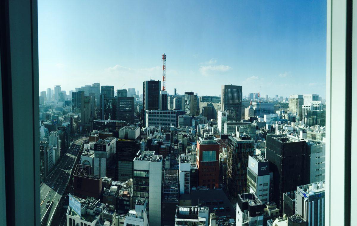 Ein erster Ausblick aus dem Hotelzimmer auf die Skyline Tokyos
