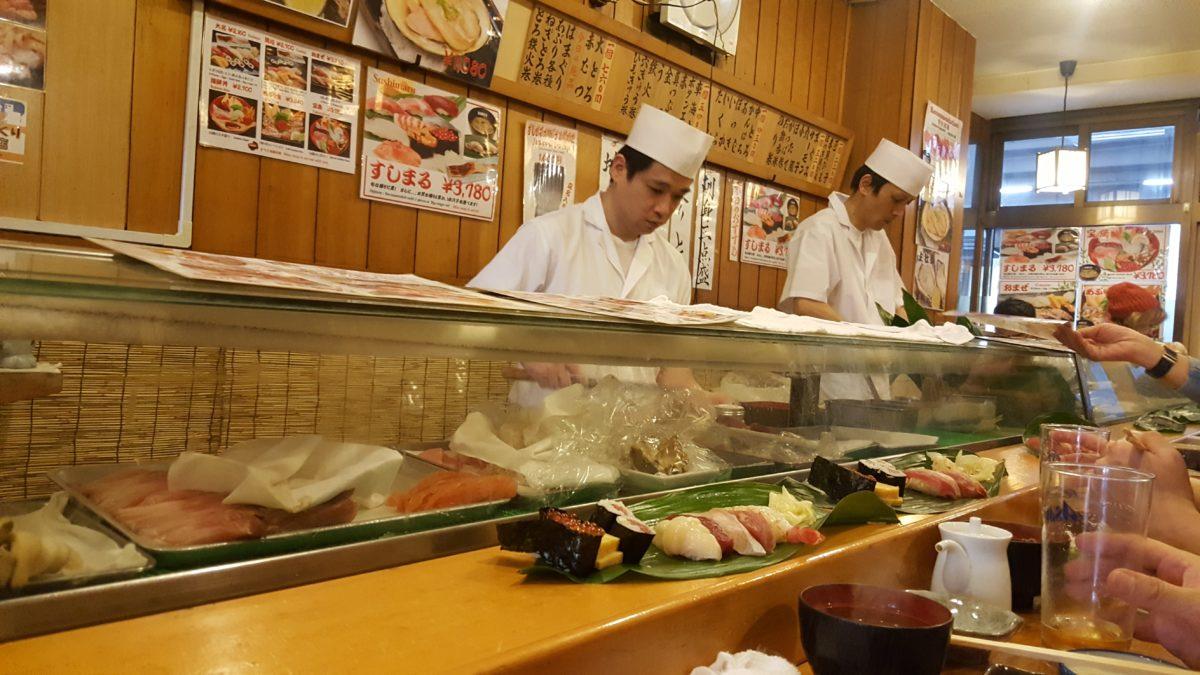 In einem der zahlreichen Frischfisch-Restaurants auf dem Tsukiji-Markt