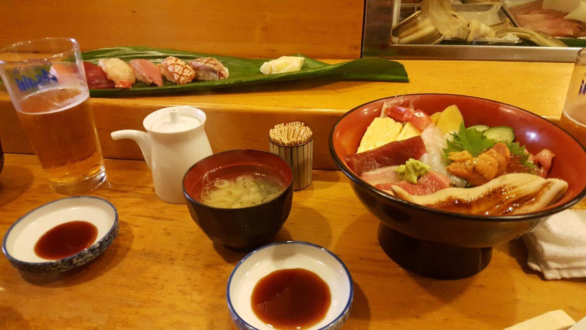 Frischer Fisch in einem Restaurant auf dem Tsukiji-Markt