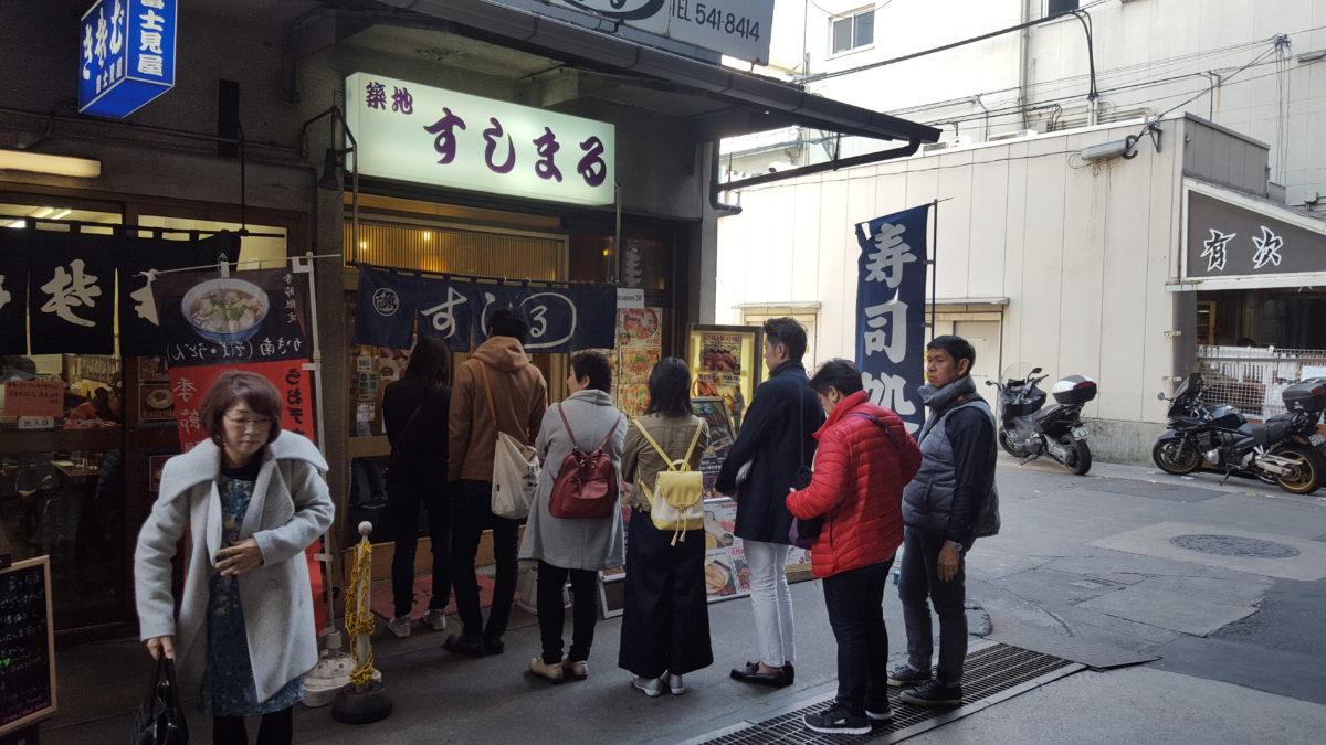 Warteschlange vor einem der zahlreichen Frischfisch-Restaurants auf dem Tsukiji-Markt
