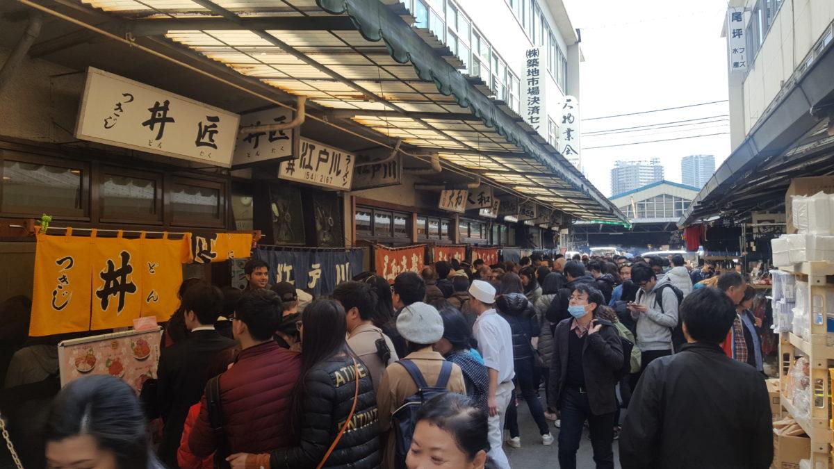 Viel los auf dem Tsukiji-Markt