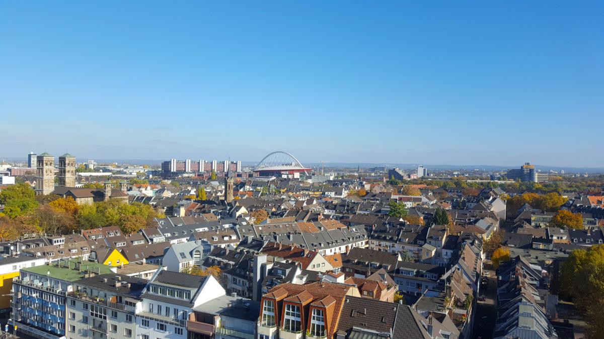 """Blick vom Riesenrad (u.a.) auf die Kölnarena (""""Henkelmännchen"""") und das Bergische Land"""