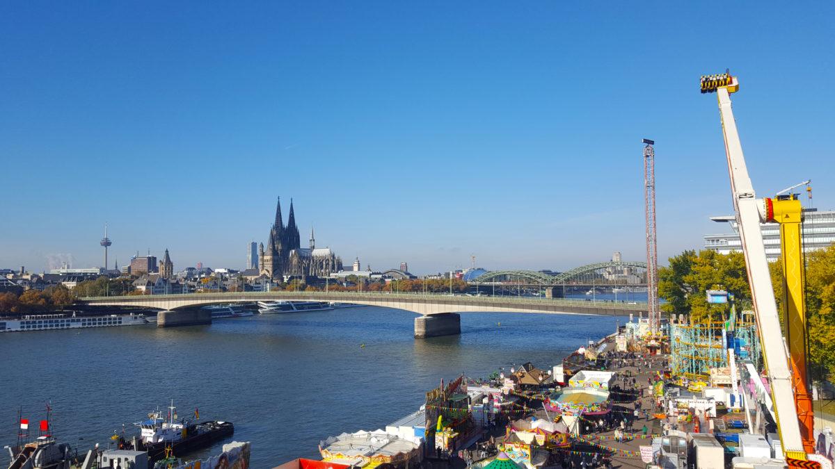 Blick auf die Deutzer Brücke und den Kölner Dom
