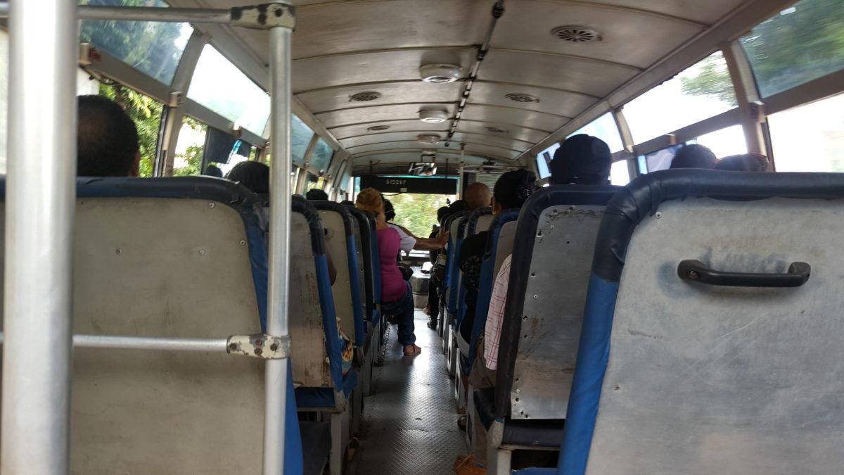 Eine Busfahrt auf Mahé, Seychellen.