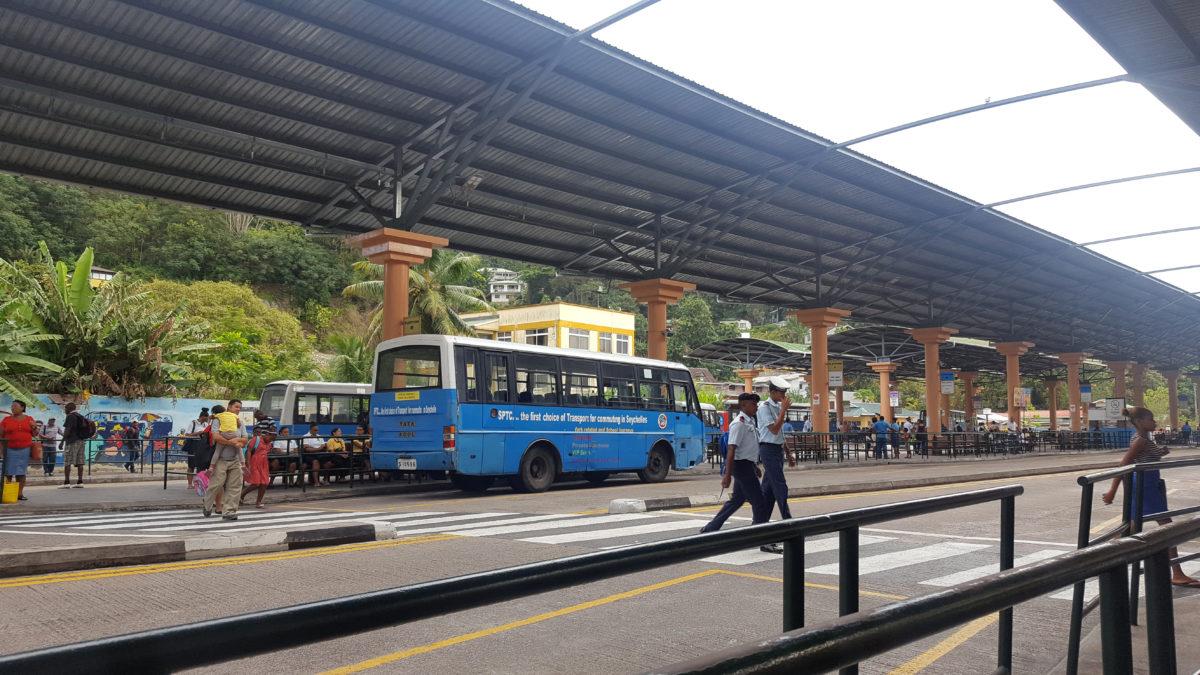 Am zentralen Busbahnhof von Victoria, der Hauptstadt des Inselstaates der Seychellen.
