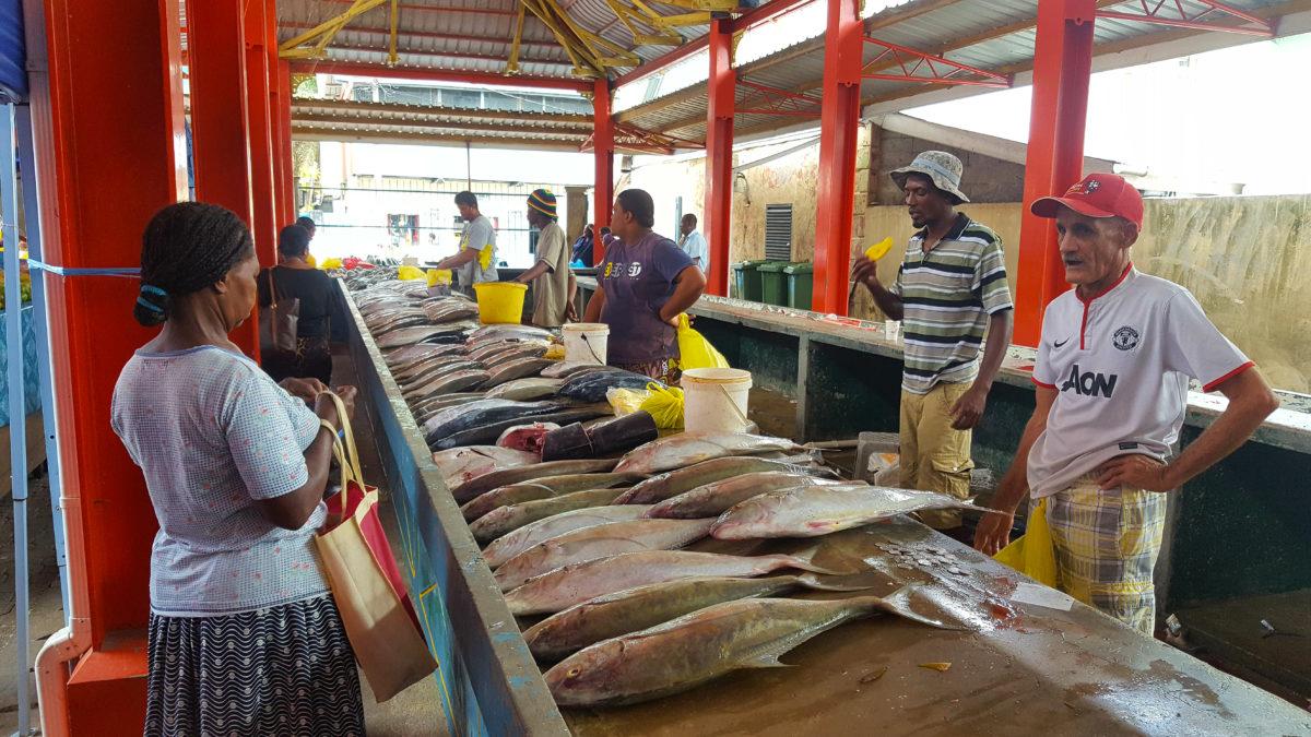 Fische und Fischhändler auf dem Markt in Victoria